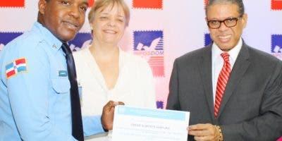 Modesto Guzmán en la entrega certificados . fuente EXTERNA