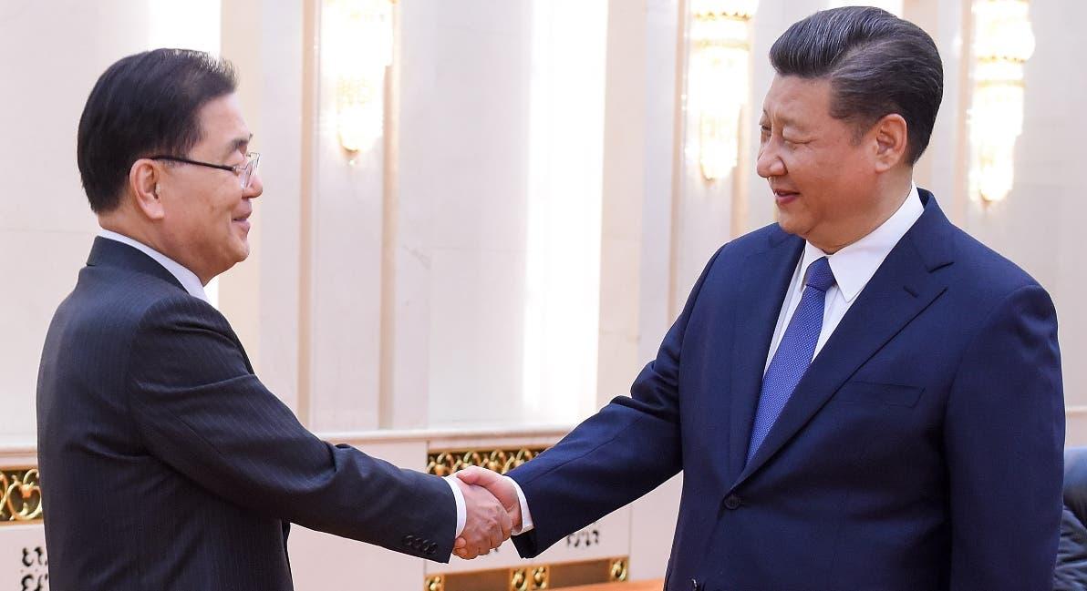 El presidente Xi Jinping conversa con  Chung Eui-yong.  AP
