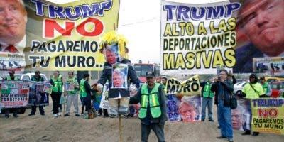 El presidente Donald Trump fue recibido  una protesta de mexicanos.  AP
