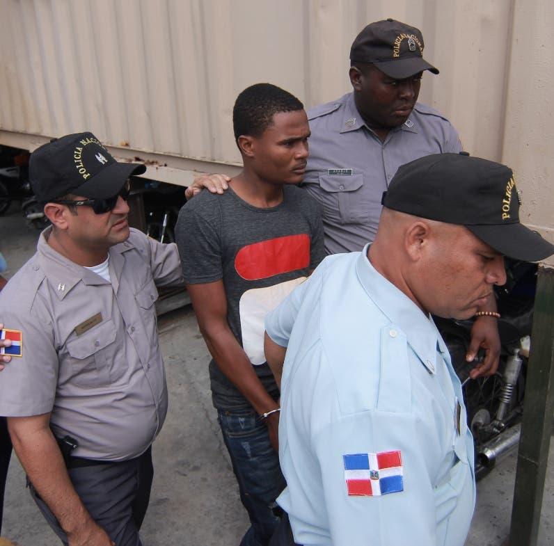 Nieves Luis Sierra es llevado al tribunal.  Elieser Tapia.