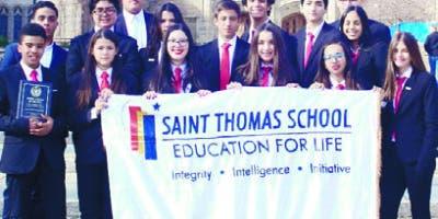 Los estudiantes del Saint Thomas School que asistieron al Modelo de Naciones Unidas.