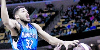 Karl Towns en su tercer año en la NBA con Minnesota Timberwolves figura entre los  mejores jugadores  de su posición.  AP