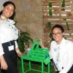 Alice Segura y Daniela Familia muestran   creación.  n. monegro.