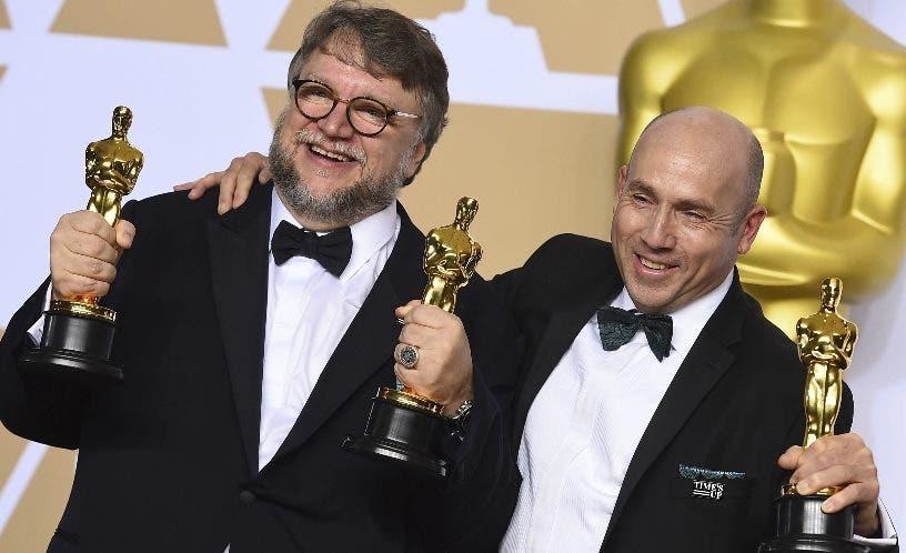 Guillermo del Toro junto al productor J. Miles Dale.  AP