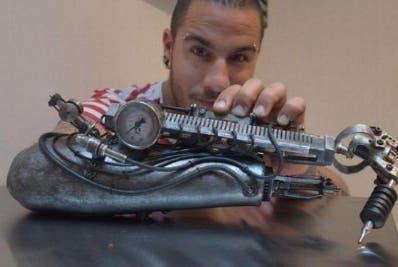 Francés tatúa con una prótesis adherida a brazo