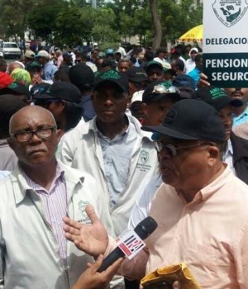 Frente al Palacio Nacional exigen reivindicaciones.