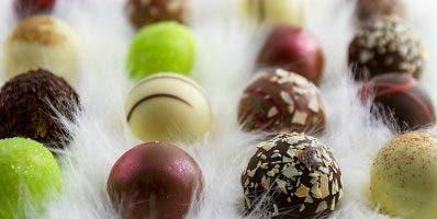 El bombón lleva filamentos de azafrán y trufa blanca.