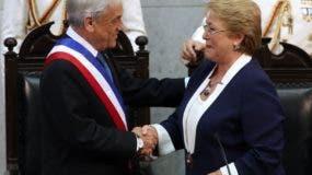 Michelle Bachelet se despide y entrega el poder al presidente Sebastián Piñera en Chile.  AP