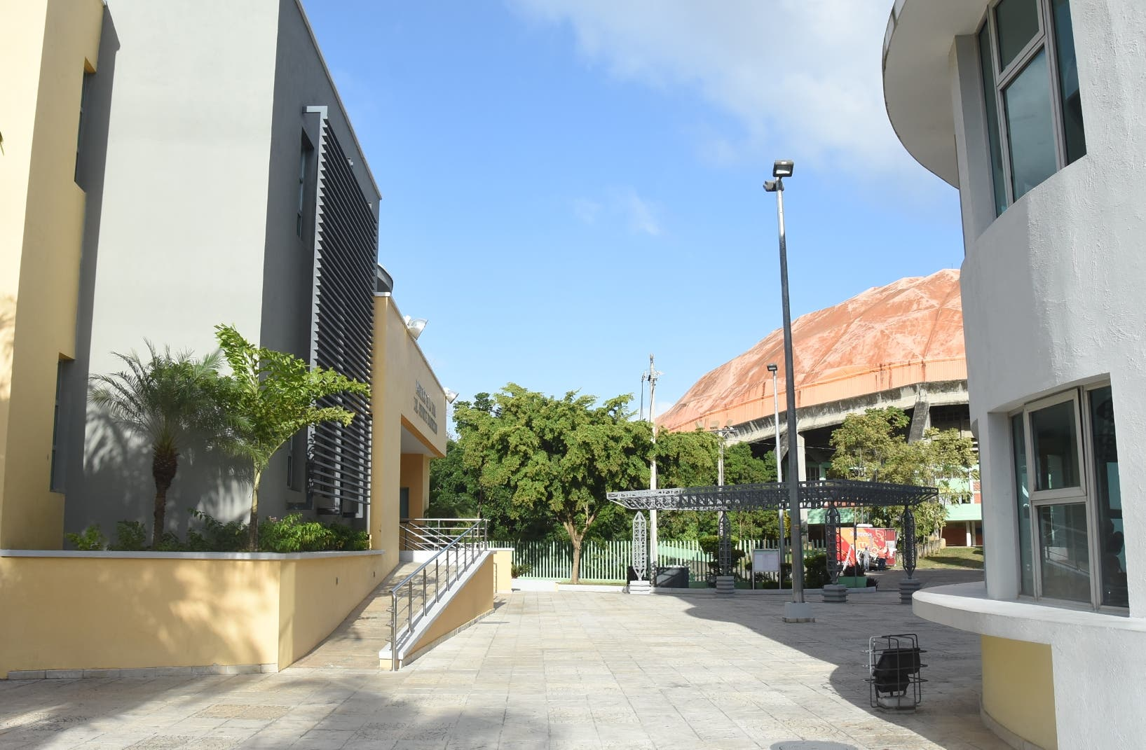 En la gráfica se observan los pabellones del Museo del Deporte Dominicano, (izquierda), el del Salón de la Fama, dos de las últimas obras construidas  en el Centro Olímpico  y al fondo el Palacio de los Deportes.  Alberto Calvo.