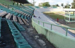 Así luce el velódromo olímpico, con asientos deteriorados.