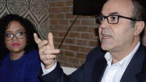 Iban Campo explica sobre  los datos del estudio en compañía de Pamely Hernández.