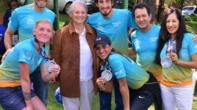 Rosa Margarita Bonetti de Santana con los ganadores de los 100 kilómetros del Caribe.