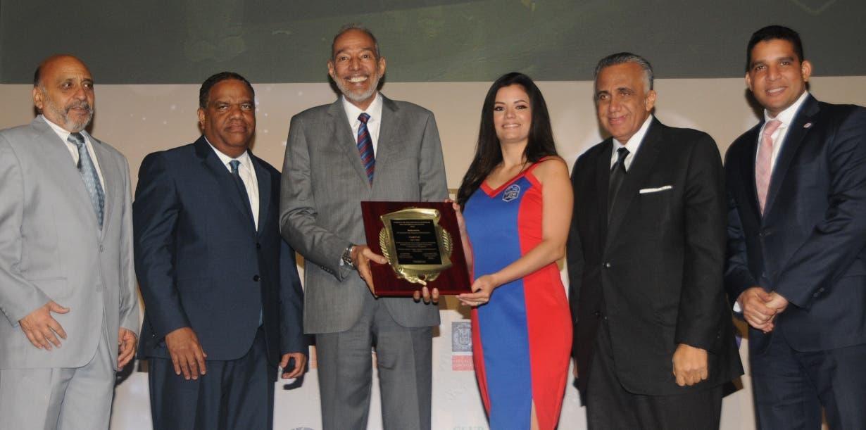 Frank Prats recibe la placa de reconocimiento de parte de Fernando Teruel, Danilo Díaz, Luisín Mejía y el presidente de la Federación de Baloncesto, Rafael Uribe. Nicolás Monegro