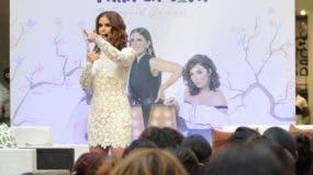 Ingrid Gómez durante su exposición en Ágora Mall.