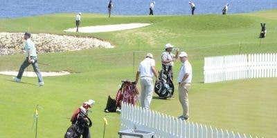 Jugadores de varias nacionalidades  entrenaban ayer en el campo Corales con miras al  esperado PGA Tour. josé de león