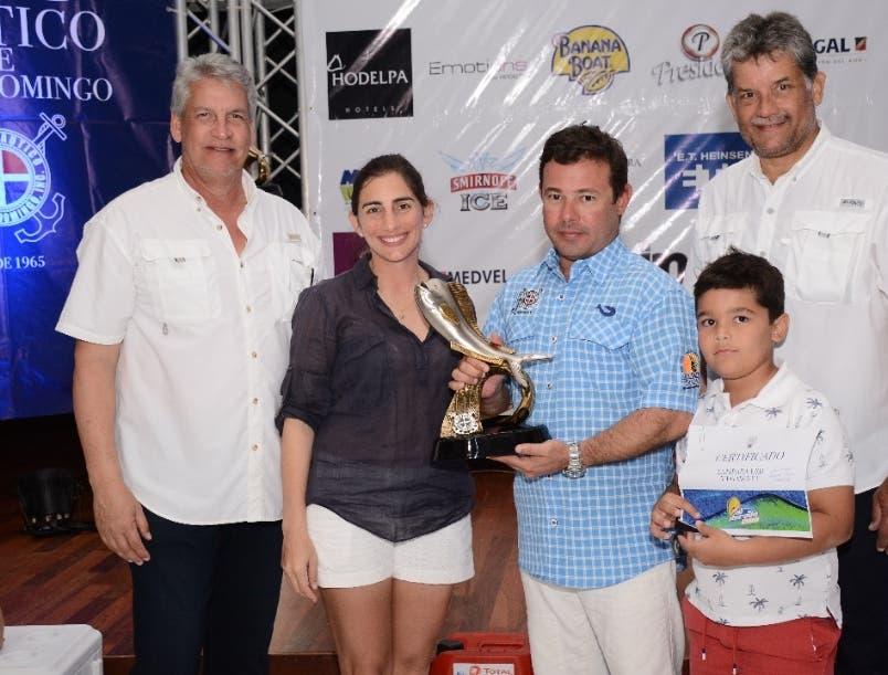 Tony Costa recibe su trofeo de ejecutivos del Náutico de SD.