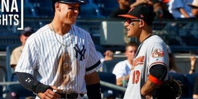 Aaron Judge de los Yanquis, conversa animadamente con Manny Machado, de los Orioles.