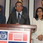 El ministro Andrés Navarro  junto a otros funcionarios hizo el anuncio de los nuevos directores  escogidos  ayer.   nicolás monegro.