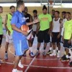 Baker López instruye  a sus jugadores durante los entrenamientos   en el techado del Albergue Olímpico.