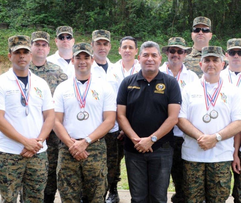 El coronel Manuel González junto al equipo.   fuente externa