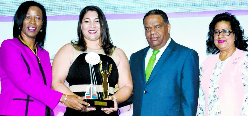 Danilo Díaz  junto a Teresa Durán y Cristina Lizardo premian a Leidy Paulino exatleta softbol.  FUENTE EXTERNA