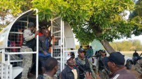 Haitianos indocumentados apresados por miembros del Cesfront en la frontera.