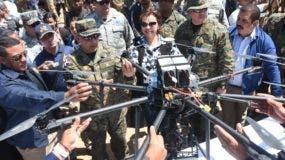 Rubén  Paulino Sem pone en funcionamiento uno de los drones que se usará para vigilar la frontera.  alberto calvo.