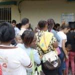 Abarrotados de personas  estaban los centros de vacunación, en algunos  lugares se agotó   por la gran  demanda. Foto:  José            león
