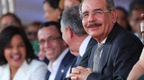 Danilo Medina acompañado de funcionarios.  fuente externa