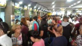 Cientos de pasajeros en la parada de Caribe Tours.
