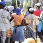 La presencia de haitianos es notoria en las ciudades y campos del país.  Archivo.