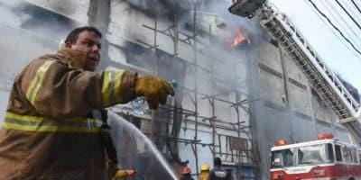 Decenas de bomberos  intentaban  sofocar el fuego que inició  cerca de las 3   p. m.  Alberto calvo.
