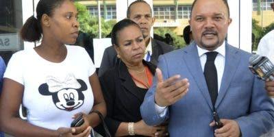 Diodandita Cabrera, madre de la niña y su abogado.  Archivo