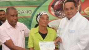 Emilio Toribio Olivo hace entrega de fondos.fuente externa
