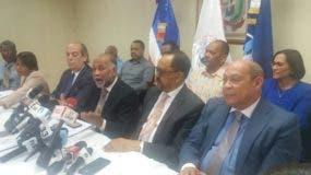 Eduardo Hidalgo junto a abogados y dirigentes de la ADP durante una rueda de prensa.