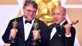 El productor Guillermo del Toro (izq.), aquí junto al productor J. Miles Dale, ganó con una cinta fantástica, que cuenta la historia de amor entre una mujer muda que trabaja como limpiadora en una base ultrasecreta en el Estados Unidos de la Guerra Fría y un humanoide anfibio atrapado y cautivo allí.