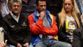 """El diputado opositor Henry Ramos Allup; el líder opositor Henrique Capriles Radonski, y Lilian Tintori, esposa del opositor Leopoldo Lopez, durante la rueda de prensa para anunciar la creación del """"Frente Amplio Venezuela Libre"""", este jueves en Caracas."""