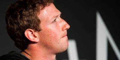 Zuckerberg rompió más de cuatro días de silencio al publicar un mensaje tras el escándalo de Cambridge Analytica, empresa afiliada a la campaña de Donald Trump.    / AFP / Jim WATSON