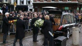 Porteadores de Gonville & amp; Caius College, actuar como portadores del féretro y colocar el ataúd del científico británico Stephen Hawking en un coche fúnebre después del servicio fúnebre en la Iglesia de Santa María la Grande, en Cambridge el 31 de marzo de 2018. AFP