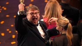 """Guillermo del Toro reacciona tras ganar el Oscar al mejor director por """"The Shape of Water"""", el domingo 4 de marzo del 2018 en el Teatro Dolby de Los Angeles. (Foto por Chris Pizzello/Invision/AP)"""