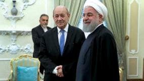 El presidente iraní, Hassan Rouhani, derecha, recibe en su despacho al ministro de Exteriores de Francia, Jean-Yves Le Drian,  at the start of their meeting, in Tehran,