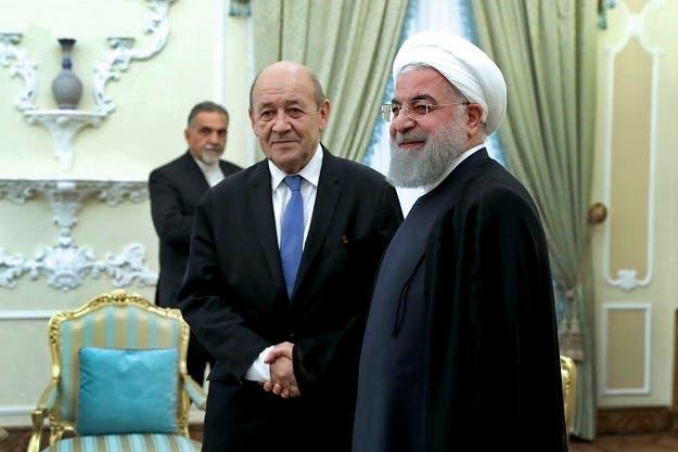 El presidente iraní, Hassan Rouhani, derecha, recibe en su despacho al ministro de Exteriores de Francia, Jean-Yves Le Drian,  at the start of their meeting, in Tehran,