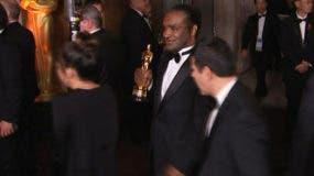 En esta foto del 4 de marzo del 2018, tomada de un video de la AP, aparece un hombre que según las autoridades robó el Oscar a la mejor actriz de Frances McDormand, saliendo de la fiesta oficial de los Premios de la Academia tras la ceremonia en Los Angeles. (AP Foto/Jeff Turner)