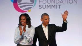 En esta imagen de archivo, tomada el 13 de octubre de 2017, el expresidente de Estados Unidos, Barack Obama (derecha), y su esposa, Michelle Obama, a su llegada a la primera edición de la Cumbre de la Fundación Obama en Chicago. (AP Foto/Charles Rex Arbogast, archivo)
