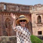 La exsecretaria de Estado de los EE. UU., Hillary Clinton, saluda a los medios mientras visita el monumento Jahaz Mahal en Mandu, estado de Madhya Pradesh, India. (Foto AP)