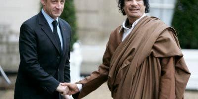 En esta imagen de archivo, tomada el 10 de diciembre de 2007, el entonces presidente de Francia, Nicolas Sarkozy (izquierda), da la mano al líder libio Moamar Gadafi a su llegada al Palacio del Elíseo, en París. El expresidente de Francia Sarkozy fue detenido el 20 de marzo de 2018 como parte de una investigación por haber recibido supuestamente millones de euros de financiación ilegal del régimen del fallecido Gadafi. (AP Foto/Francois Mori)