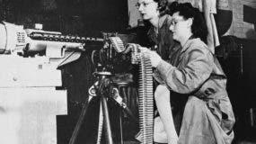 En esta foto de archivo del 30 de abril de 1943, Mae Zelisnky dispara mientras Betty O'Beda alimenta un rifle calibre 30 durante una prueba de munición en Remington Arms Company. El arma fue disparada por un rango cerrado en un pozo de arena. El fabricante de armas estadounidense Remington Outdoor Company solicitó la protección por bancarrota, luego de años de caídas en las ventas y demandas relacionadas con la masacre de Sandy Hook Elementary School. Los registros del tribunal de quiebras del distrito de Delaware muestran que la compañía presentó el registro a última hora del domingo 25 de marzo (AP Photo, File)