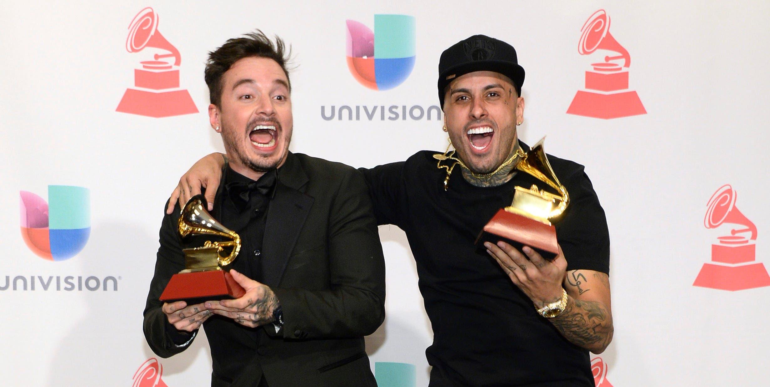 """J Balvin, a la izquierda, y Nicky Jam, posan con sus respectivos premios durante la entrega de los Latin Grammy en Las Vegas. Jam y Balvin se han apuntado un nuevo éxito con su nueva colaboración, el sencillo """"X"""". (Foto por Al Powers/Invision/AP, Archivo)"""
