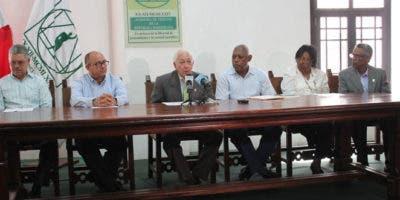 El presidente de la Academia de Ciencias de la República Dominicana, el doctor Luis Scheker Ortiz, junto a otros directivos de la entidad.