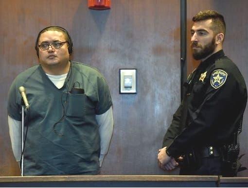 El dominicano Pedro Lora Peña escucha al juez durante la audiencia donde fue condenado por homicidio.